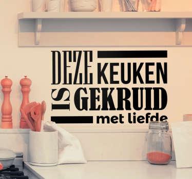 Een muursticker van een quote die gebruik kant worden in de keuken, namelijk ´Deze keuken is gekruid met liefde´.