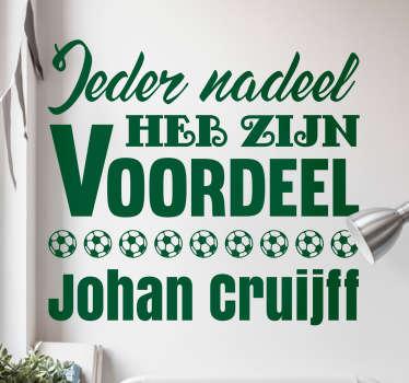 Een muursticker van een quote van Johan Cruijf, met de tekst ´Ieder nadeel heb zijn voordeel´ daarbij een paar afbeeldingen van voetballen.