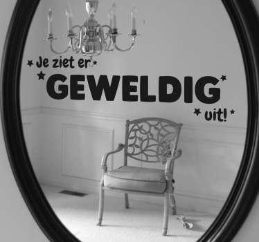 Een sticker voor op de spiegel, deze muursticker heeft de tekst ´Je ziet er geweldig uit´en heeft een prachtig lettertype.