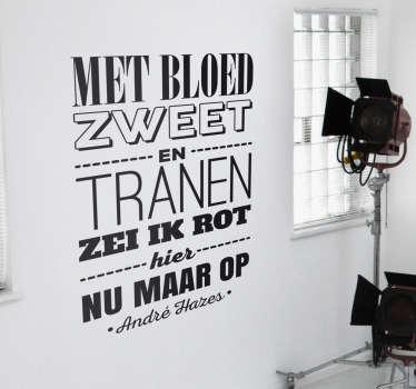 Een muursticker van een quote van André Hazes met de tekst ´Met bloed zweet en tranen zei ik rot hier nu maar op´.