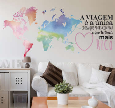 """Mural de parede com mapa colorido e com texto pensado para qualquer turista: """"A viajem é a única coisa que podes comprar e que te torna mais rico""""."""