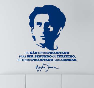 Vinil decorativo de texto e retrato de um dos melhores pilotos de todos os tempo, o brasileiro Ayrton Senna, onde refere a frase motivadora.