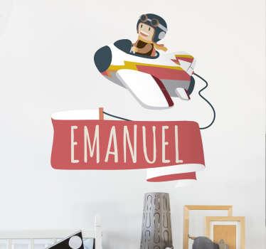 Simpática pegatina decorativa con la ilustración de un niño piloto de aviones que porta una pancarta con su nombre personalizable.
