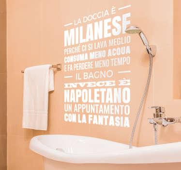 Adesivo murale con un testo che sottolinea le differenze tra la doccia e il bagno marcando il carattere diverso tra nord e sud.