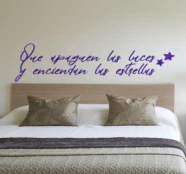 """Vinilos para dormitorios con un bonito diseño ideal para el cabezal de tu cama con el texto """"que apaguen las luces y enciendan las estrellas""""."""