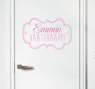 Tyylikäs tarra, johon voit muokata haluamasi nimen ja kiinnittää sen vaatekaapinoveen. Täydellinen tarra tyttöjen huoneeseen.