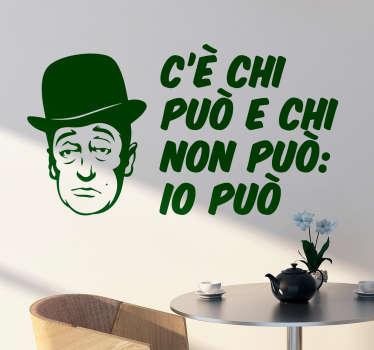Adesivo citazione Totò, ottimo per decorare i vari ambienti della vostra stanza con una citazione di uno dei più famosi comici di tutta italiana.