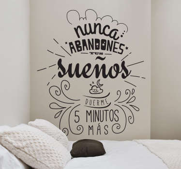 """Vinilo decorativo con el texto """"Nunca abandones tus sueños, duerme 5 minutos más"""", un mensaje ocurrente para decorar las paredes."""