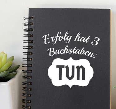 """Motivierender Aufkleber mit der Aufschrift """"Erfolg hat 3 Buchstaben: TUN"""" . Für mehr Inspiration im Alltag."""