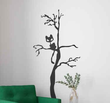Vinilos decorativos Halloween para que cuelgues tu ropa sobre un árbol siniestro en el que un gato de observa amenazantemente.