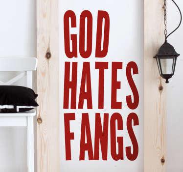 """Naklejka na ścianę święta i wydarzenia Halloween przedstawia napis o treści """"God hates fangs"""" czyli słynny program telewizyjny."""
