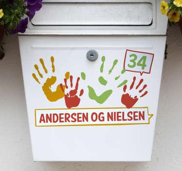 Dekorer din postkasse med denne flotte sticker af aftryk fra hænder. Tilføj dit navn/navne og husnummer, for et få dit personlige design.