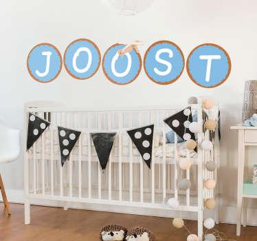 Toon de naam van uw pasgeboren zoontje met deze leuke naamsticker van beschuit met muisjes. Leuk als raamdecoratie of muursticker.