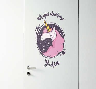 Vinilo decorativo con el dibujo de una unicornio y un texto que indica quien duerme en la habitación donde se ha aplicado.