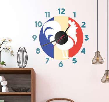 Décorez votre mur avec ce sticker horloge murale de coq sur fond de drapeau français. Idéal pour votre cuisine ou votre salon.