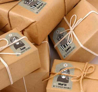Marca claramente y de forma original de quién es cada regalo de amigo invisible con pegatinas personalizadas de diseño exclusivo.