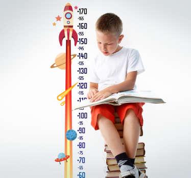 Medidor infantil adhesivo, pensado para pequeños astronautas y aficionados a la astronomía con el dibujo de un cohete volando hacia las estrellas.