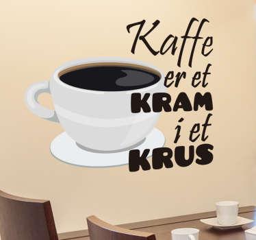 Kaffe er et kram i et krus klistermærke. Dekorativ wallsticker om danskernes yndlings drik, kaffe! Ideel til køkkenet eller cafeen.