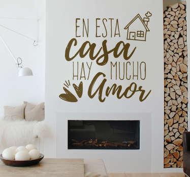 """Vinilo decorativo con el texto """"En esta casa hay mucho amor"""", un bonito diseño con el que podrás decorar las paredes de tu casa."""