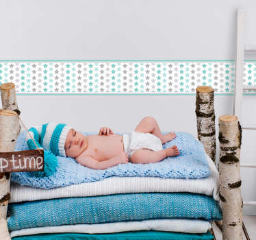 Naklejka ścienna dla dzieci, przedstawiająca pastelowe gwiazdki. Naklejka idealnie nada się do pokoju noworodka, tworząc spokojną i odprężającą atmosferę. Spersonalizowana naklejka – zamów wymarzony projekt!