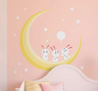 Naklejka ścienna dla dzieci, przedstawiająca trzy króliczki na księżycu na tle rozgwieżdżonego nieba. Idealna naklejka dla niemowląt lub małych dzieci, żeby pobudzić ich wyobraźnię! Spersonalizowana naklejka – zamów wymarzony projekt!