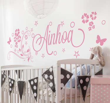 Divertiti ad applicare il nostro adesivo murale cameretta, che può essere personalizzato con nome del tuo bambino e che presenta un motivo floreale!