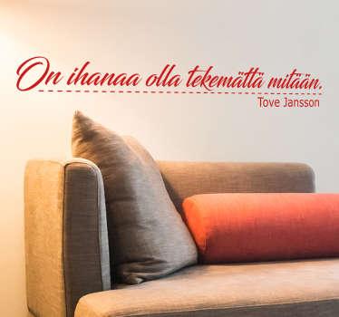 Teksti sisustustarra muumi. Kaunis tekstitarra, jossa on Tove Janssonin sitaatti elämästä kaunokirjoituksella kirjoitettuna.