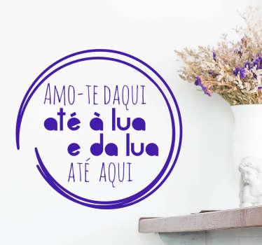 Autocolante de parede ideal para oferecer e surpreender a sua cara metade com a frase, em português, ''amo-te daqui até à lua e da lua até aqui''.