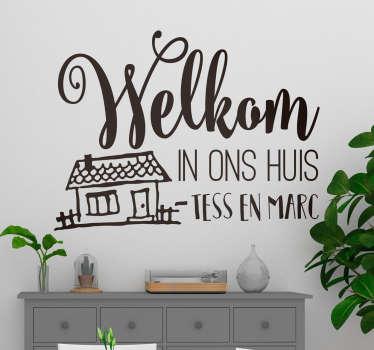 Heet iedereen gemakkelijk welkom in huis. Met deze leuke muursticker met welkom tekst en huis vrolijk je de ruimte snel op.