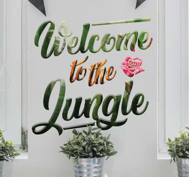 Welcome to the jungle! De sticker bestaat uit de tekst 'Welcome to the jungle' met een jungle patroon en bloem. Leuke jungle tekst sticker!