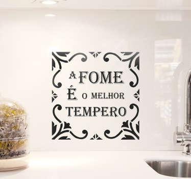 Decore a sua casa com este adesivo de azulejo com a famosa frase '' A fome é o melhor tempero'' para causar fome aos seus habituais clientes.