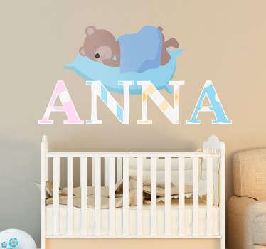 枕で眠っているクマとこの愛らしいステッカーで子供の部屋を飾る。あなたの子供の名前でこの壁のデカールをパーソナライズすることができます。