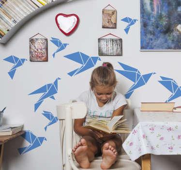Sticker mural d'une nuée d'oiseaux géométriques. Des stickers oiseaux qui viendront habiller les murs de votre salonou votre chambre d'ado.