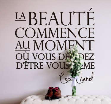 """Sticker citation représentant les mots qui ont un jour été prononcés par Coco Chanel """"La beauté commence au moment où vous décidez d'être vous même""""."""