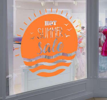 """今夏大减价贴纸醒目醒目。太阳和海的贴纸上贴着""""炎热的夏季大减价""""的口号!个性化的贴纸。"""
