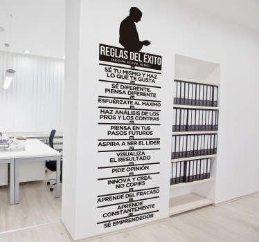 Podrás personalizar el tamaño y color de este vinilo decorativo para oficinas con doce reglas básicas para el éxtio según Steve Jobs.