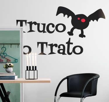 Pegatina Halloween original con el dibujo de un murciélago de ojos rojos y el texto truco o trato característico. Más de 10.000 clientes satisfechos con nuestros productos