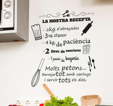 Original vinilo adhesivo en catalán de la receta de la casa llena de ingredientes positivos, cómo besos y abrazos. Atención al Cliente Personalizada.