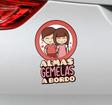"""Vinilo con temática amorosa para coche con el diseño de una pareja enamorada acompañada de la frase """"Almas gemelas a bordo"""". Precios imbatibles."""