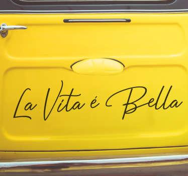 """Vinilo adhesivo monocolor formado por la frase """"La vita é bella"""" en unas letras muy originales y delicadas. Descuentos para nuevos usuarios."""