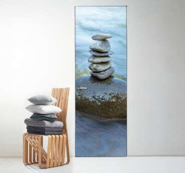 L'élément de l'eau est réputé comme le plus apaisant d'entre tous. Faîtes-en l'expérience avec ce sticker pour porte de pierres sur calme point d'eau.