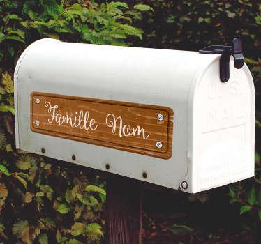 Autocollant signalétique original pour votre boîte aux lettres. Sa texture bois rafraîchissante est une idée déco sympathique.