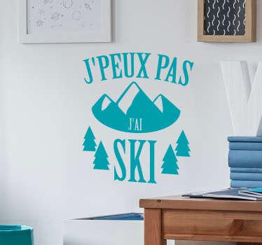 """Sticker mural """"j'peux pas j'ai ski"""" pour tous les fans de la glisse qui cherchent des excuses pour vivre tranquillement de leur passion !"""