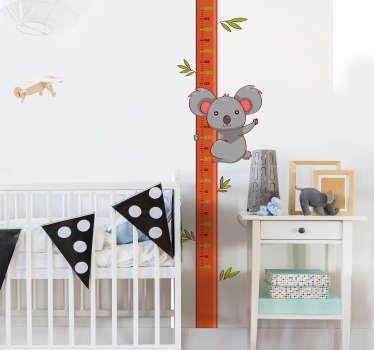 Medidor de altura adhesivo para habitación infantil formado por el diseño de un caña de bambú y un koala colgado de esta. Envío Express en 24/48h.