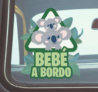 """Vinilo para vehículo en forma de triángulo con el diseño de un padre koala con su hijo acompañados del texto """"bebé a bordo"""". +50 Colores Disponibles."""