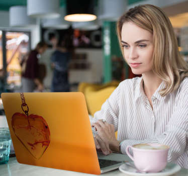 Sydämessä keltainen kannettavan tietokoneen tarra