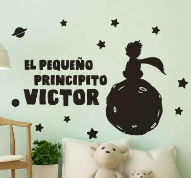 """Vinilo personalizable infantil formado por el texto """"El pequeño principito"""" acompañado de la ilustración de este. Fácil aplicación y sin burbujas."""