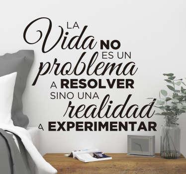 """Vinilo pared frase motivadora que cita """"la vida no es un problema, sino una realidad a experimentar"""" para motivarte cada día ¡Envío gratis!"""