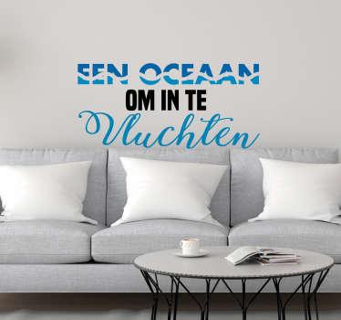Deze 'Oceaan om in te vluchten' tekst muursticker is de ideale manier om de ruimtes binnen jouw huis een kalmerende sfeer te geven.
