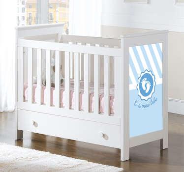 Adesivo bebé perfeito para decorar a parede ou o quarto infantil de sua casa. É um vinil autocolante com ilustração e texto.
